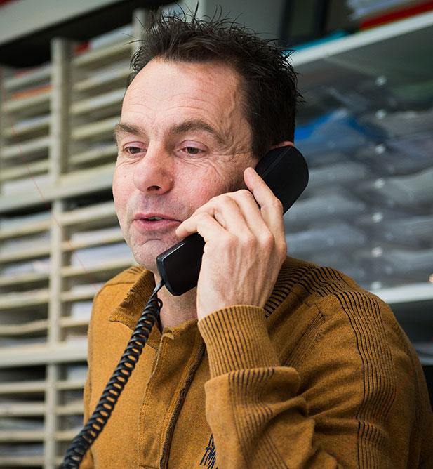 Peter van Dooren aan de telefoon